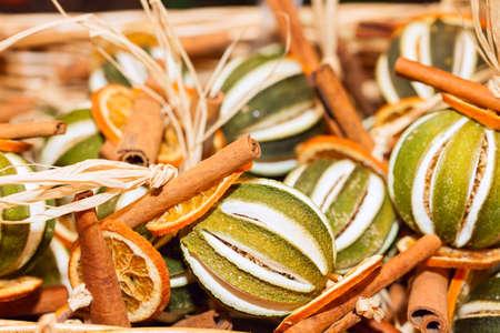 frutas secas: Montón de Navidad tradicional frutas secas aromáticas Foto de archivo