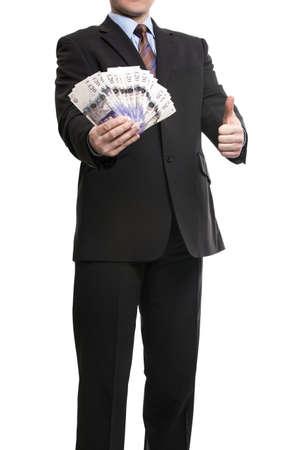 salarios: Algunos empresario irreconocible en traje mostrando una extensión del efectivo y el pulgar hacia arriba, aislado sobre fondo blanco. Hombre con libras esterlinas que simboliza el éxito, motivación, Riqueza.