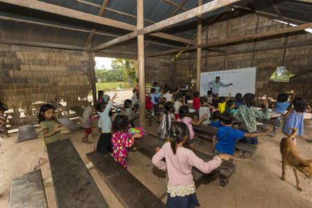 pueblo de Angkor Wat, provincia de Siem Reap, Camboya - Jan 7 2015: un salón de clases en una escuela primaria rural en un pequeño pueblo a las afueras del famoso complejo de templo de Angkor Wat.