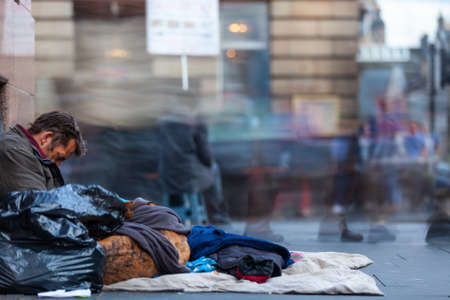 EDINBURGH, SCOTLAND - AUG 26, 2012: Unidentified local homeless white man sits on pavement in the city of Edinburgh on the Royal mile. 報道画像