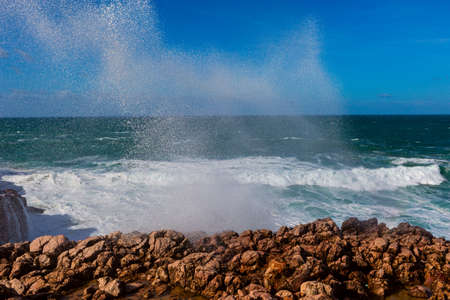 Sea waves hitting rocks cliff at Praia Da Bordeira, Portugal. 版權商用圖片