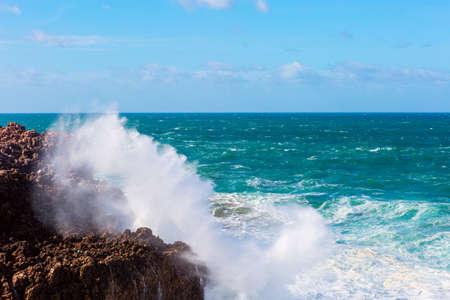 Overzeese golven die rotsenklip raken bij Praia Da Bordeira, Portugal. Stockfoto