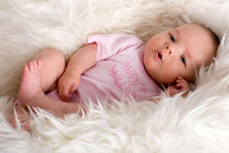 sheepskin: beb� puesta en un sheepskin Foto de archivo