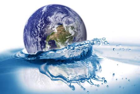 La tierra cae en el agua. Algunos gr�ficos de esta imagen es proporcionada por la NASA y se puede encontrar en la http://visibleearth.nasa.gov Foto de archivo - 4800216