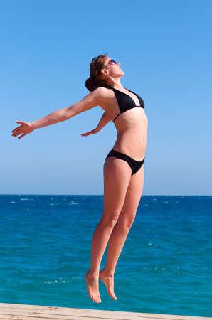 weightless: ingr�vido hermosa mujer cerca del mar Foto de archivo