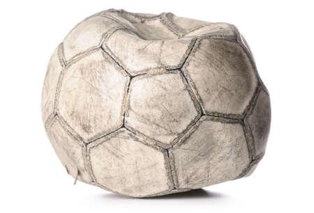 pelota de futbol: antiguo pelota de f�tbol comprimida aislado en blanco