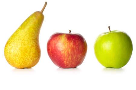 pera: las manzanas y peras aislados en blanco  Foto de archivo