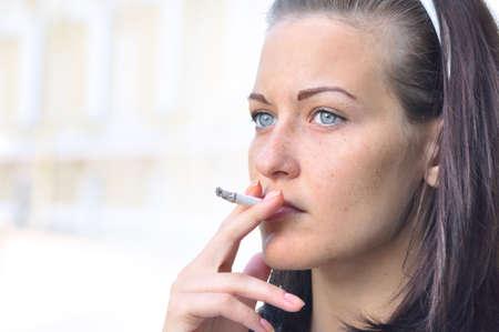 fille fumeuse: Gros plan sur une femme qui fume assez ? la rue Banque d'images
