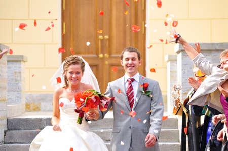 pareja de esposos: s�lo matrimonio est� siendo cogratulating por sus invitados