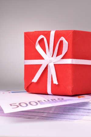 batch: caja de regalo rojo en el lote de billetes de euro