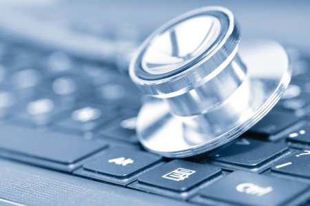 medico computer: closeup se uno stetoscopio sulla tastiera di un computer