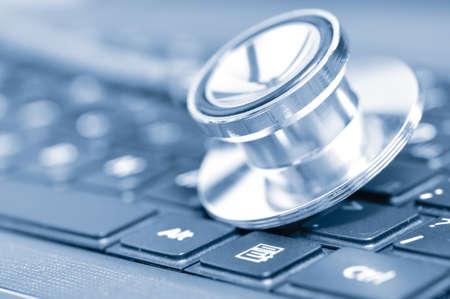 equipos medicos: Closeup si un estetoscopio en un teclado de computadora Foto de archivo