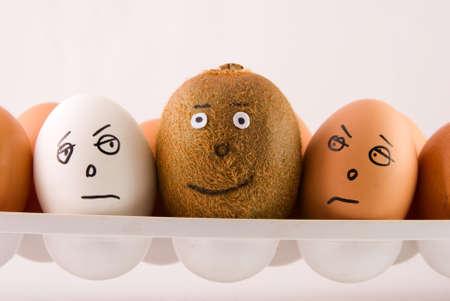 racismo: conjunto de huevos y kiwi