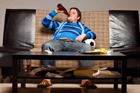 personas viendo tv: ventilador de f�tbol en sof�