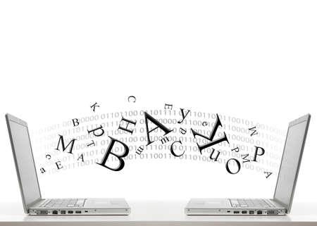 dos computadoras portátiles y las letras