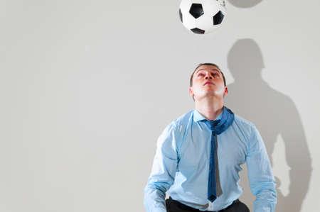 office break: hombre de negocios es jugar al f�tbol Foto de archivo
