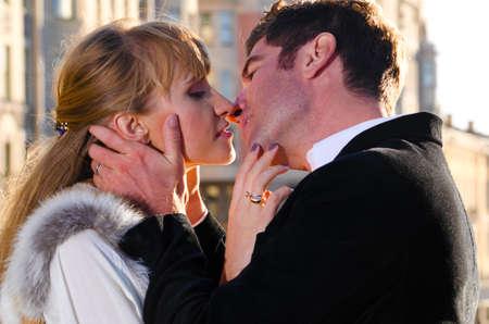 enamorados besandose: atractiva pareja
