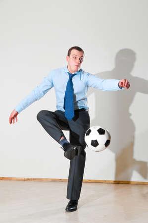 jugando futbol: jugar al fútbol en la oficina Foto de archivo