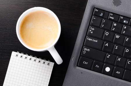 Laptop mit Tasse Kaffee Standard-Bild
