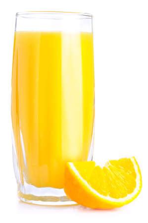 verre de jus d orange: jus d'orange et tranche isolé sur fond blanc.