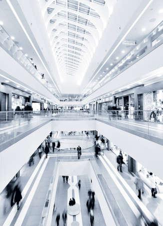 plaza comercial: vista panor�mica de un moderno centro comercial Foto de archivo