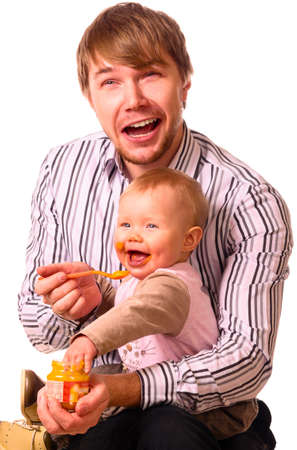 man voedt zijn baby
