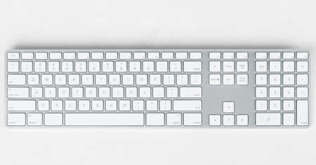 teclado de computadora: Teclado moderno sobre fondo gris