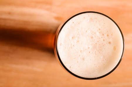 trompo de madera: lager cerveza en la mesa Foto de archivo