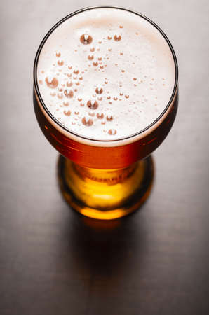 vasos de cerveza: lager cerveza en la mesa Foto de archivo