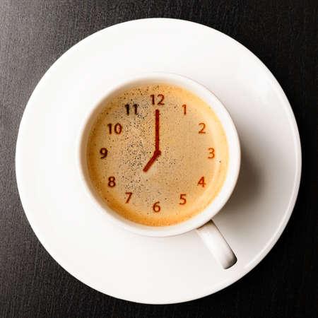 klok kopje verse espresso met klok teken, bekijken van boven