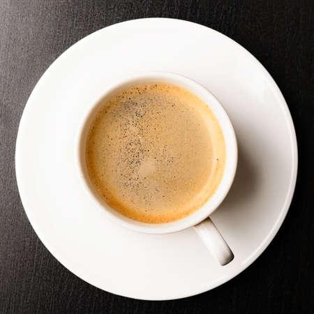 kopje verse espresso op tafel, bekijken van boven Stockfoto