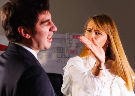 pareja enojada: empresaria enojado es bofetadas en el rostro del hombre de negocios s
