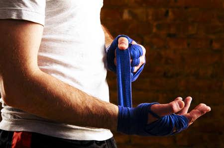 muscle training: MMA-K�mpfer wird immer gegen die Wand fertig