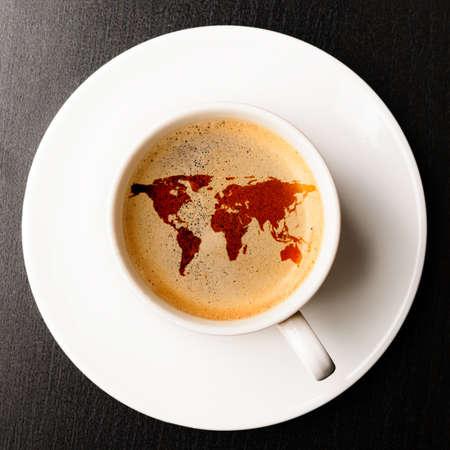 INTERNATIONAL BUSINESS: taza de café fresco en la mesa, ver desde arriba