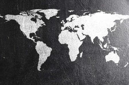 Wereldkaart op krijtbord aarde silhouet is van Visibleearth nasa gov Stockfoto - 19792416