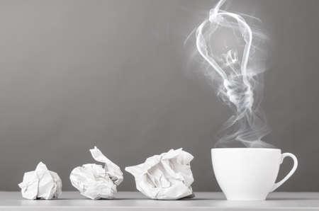 tvůrčí: Myšlenka porodní zmačkaný chomáče a žárovka silueta na šedém