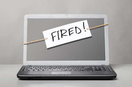 despido: ordenador port�til con la nota sobre el despido