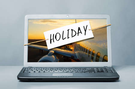 laptop with note about holiday photo