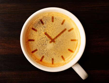 office break: caf� taza de caf� fresco con el signo de reloj, vista desde arriba