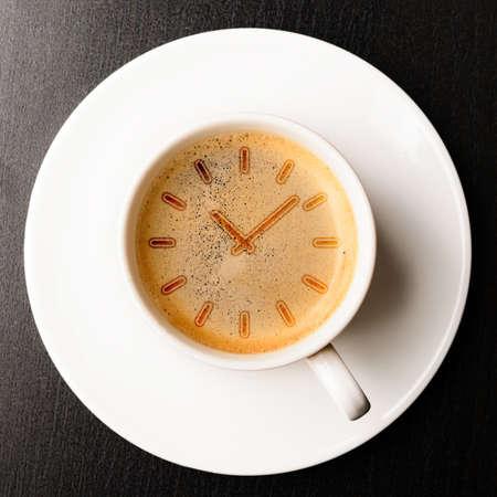 koffie tijd kopje verse espresso met klok teken, bekijken van boven
