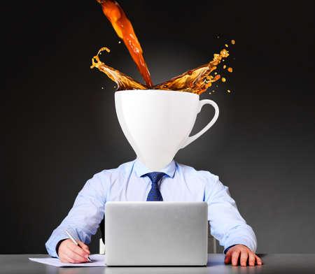 agotado: obtener energ�a con el empresario del caf� con la taza en lugar de la cabeza Foto de archivo