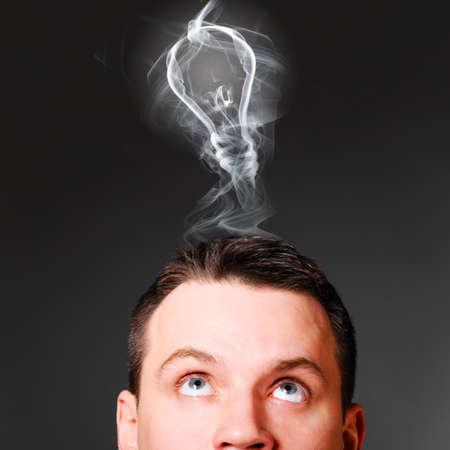 mannelijk hoofd met gloeilamp, idee concept