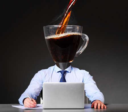 彼の頭の代わりにカップとコーヒーの実業家とエネルギーを得る