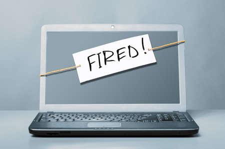 despido: ordenador port?til con la nota sobre el despido