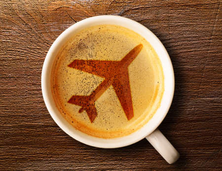 空港のコーヒー テーブルの上に新鮮なエスプレッソ カップ、上からの眺め 写真素材