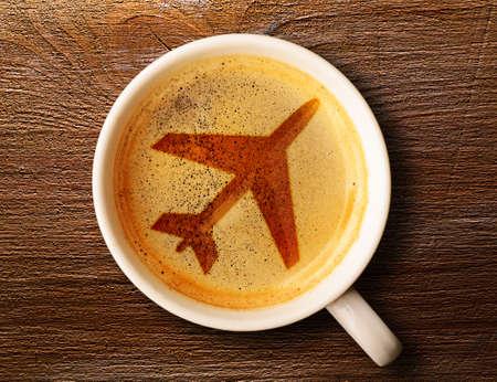 luchthaven koffiekopje verse espresso op tafel, uitzicht van boven Stockfoto