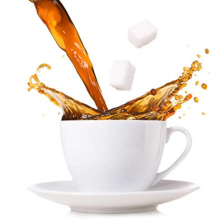 뜨거운 커피가 컵에서 튀고있다.
