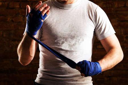 artes marciales: combatiente se prepara contra la pared de ladrillo