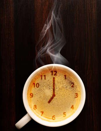 Klok kopje verse espresso met klok teken, bekijken van boven Stockfoto - 20987525