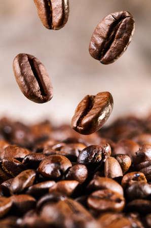 焼かれたコーヒー豆が落ちています。 写真素材